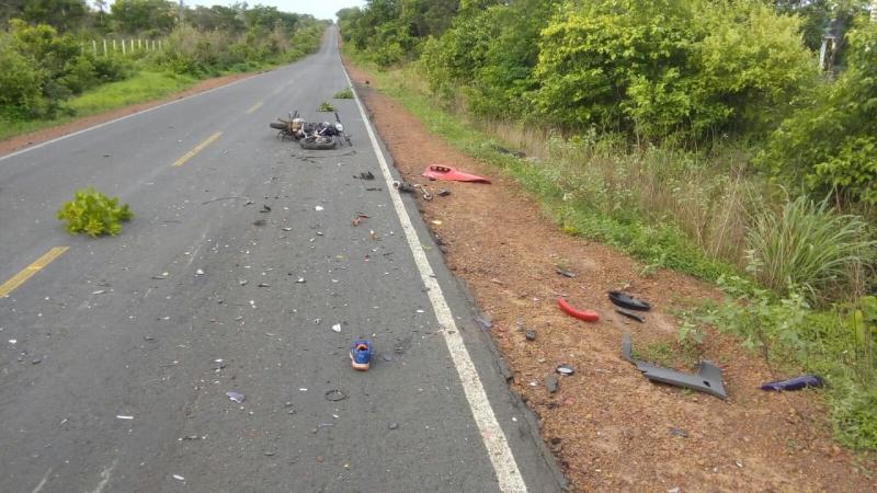 Motociclista morre após colidir de frente com carreta na BR-343