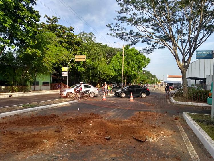 Buraco interrompe tráfego de veículos em trecho da Avenida Maranhão