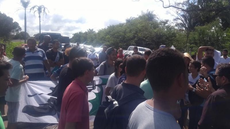 Manifestação contra aumento de passagem de ônibus bloqueia a BR-343