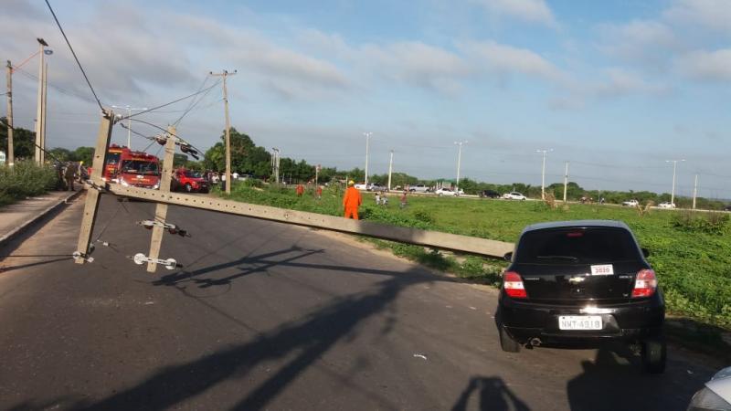 Motorista perde o controle do carro e derruba poste na Zona Norte de Teresina