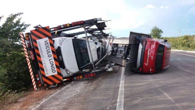 Caminhão-cegonha carregado de veículos novos tomba no Piauí