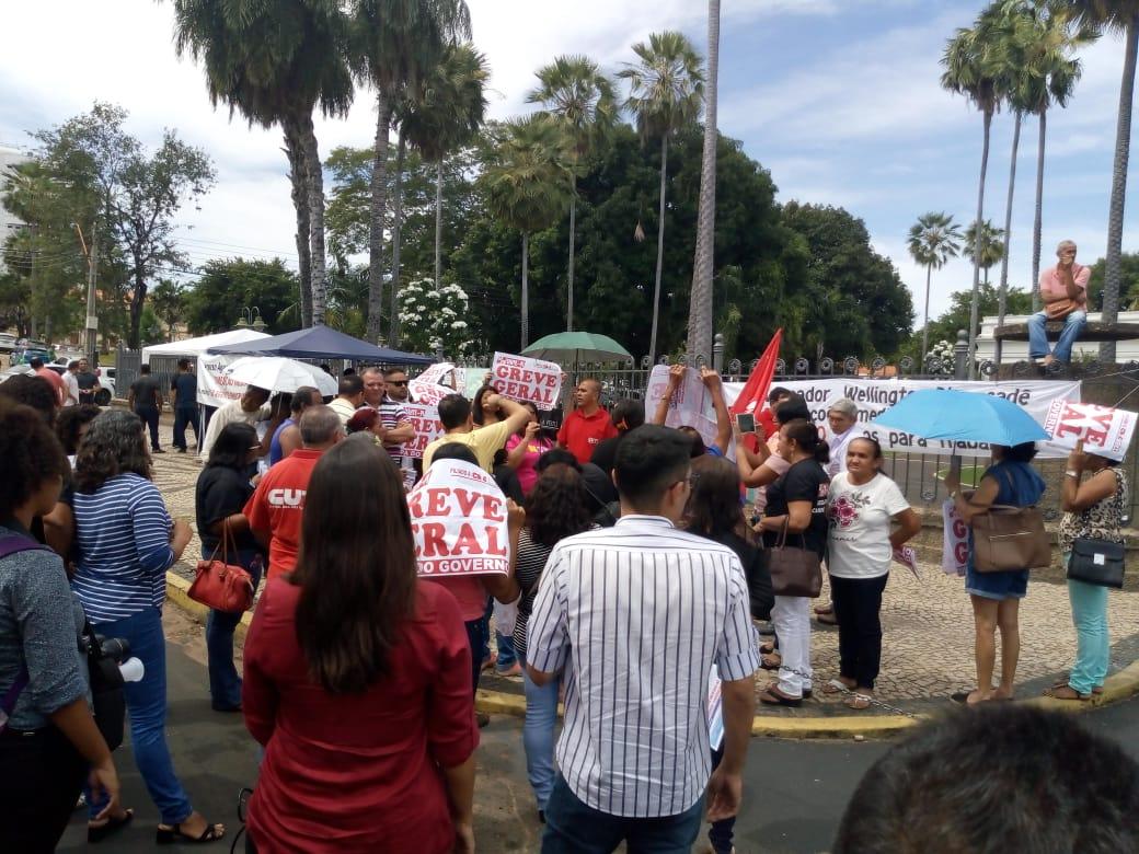 Professores da rede estadual de ensino realizam manifestação e reivindicam reajuste