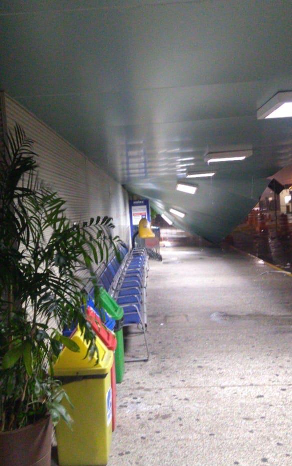 Parte de marquise do aeroporto de Teresina cai durante chuva