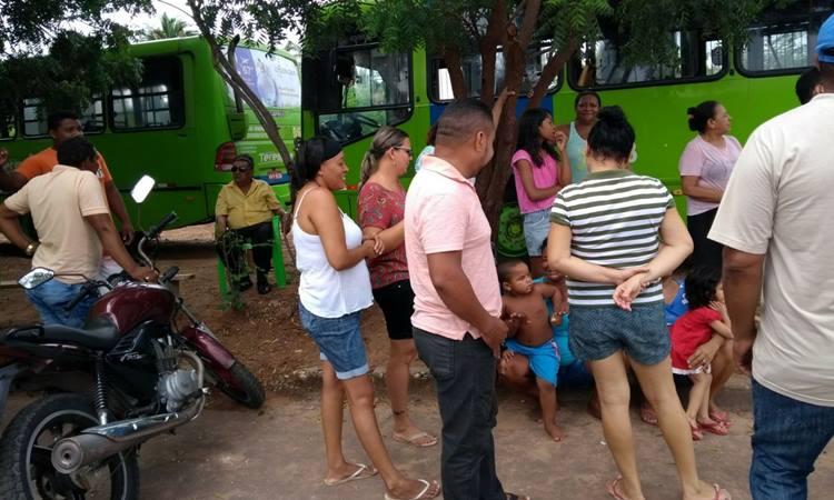Populares fazem manifestação em frente a garagem de ônibus