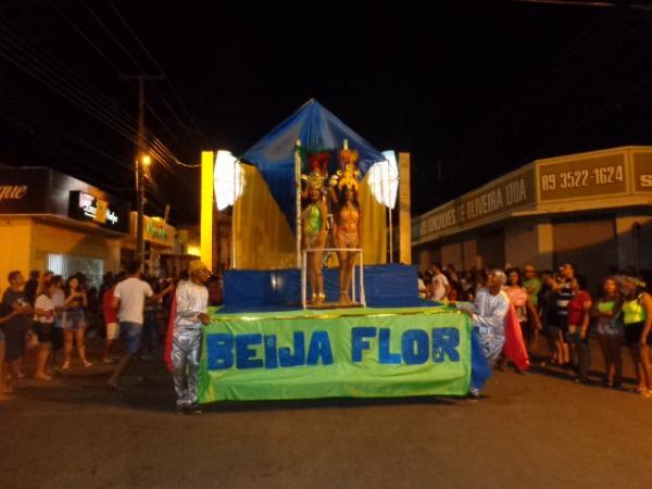 No último dia de Carnaval, escolas de samba se apresentam em Floriano