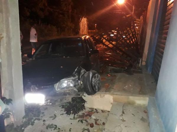 Condutor de veículo perde controle e colide contra parede de açougue em Floriano