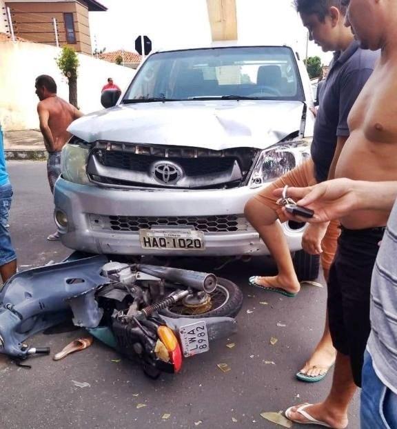 Colisão entre carro e moto deixa duas pessoas feridas