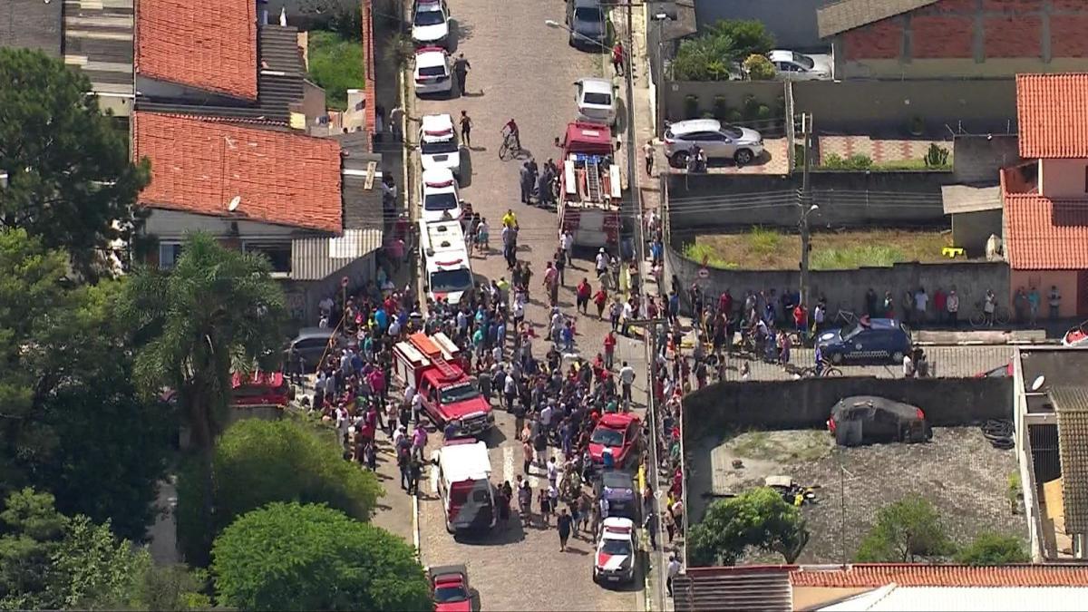 Dois adolescentes atiram dentro de escola, matam 6 pessoas e tiram a própria vida