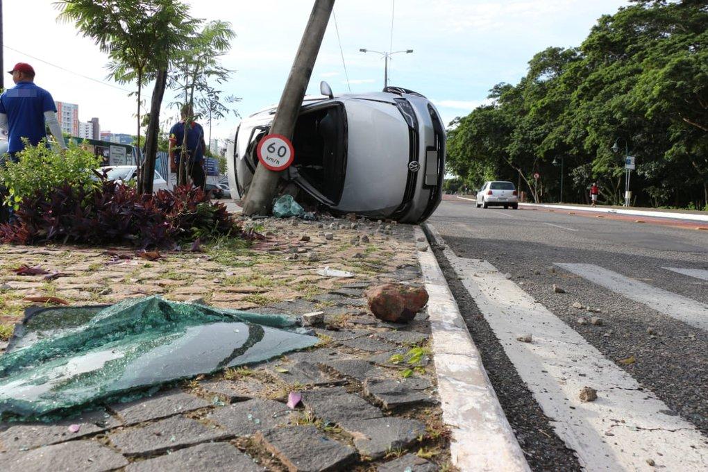 Motorista perde o controle e carro capota na Avenida Raul Lopes