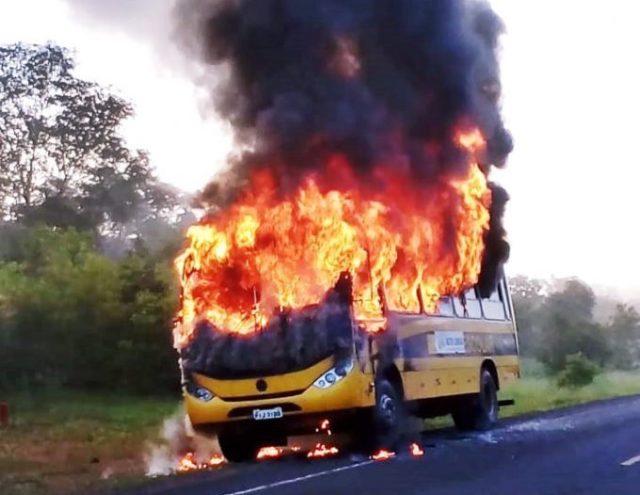 Ônibus escolar com 40 alunos pega fogo em cidade do Piauí
