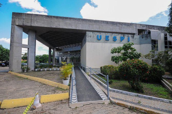 Professores da Uespi entram greve por tempo indeterminado