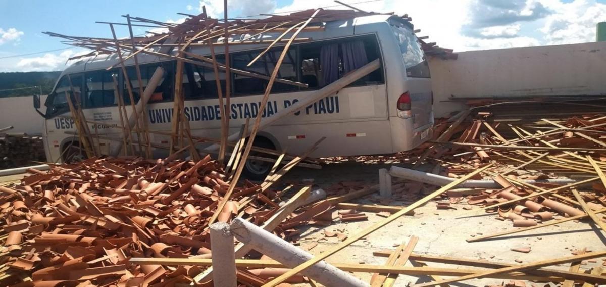 Parte do teto da UESPI em Picos desaba e atinge micro-ônibus