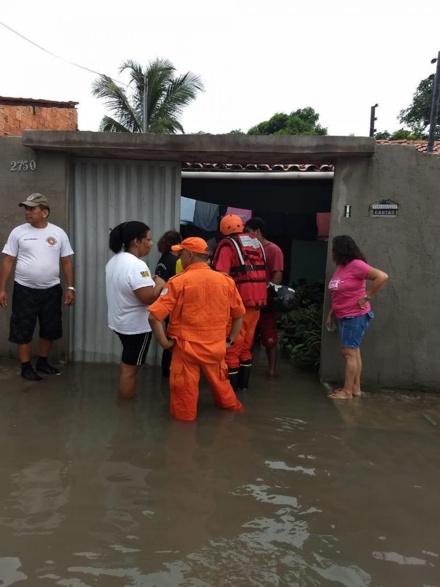 Corpo de Bombeiros socorre desabrigados pela chuva em Parnaíba