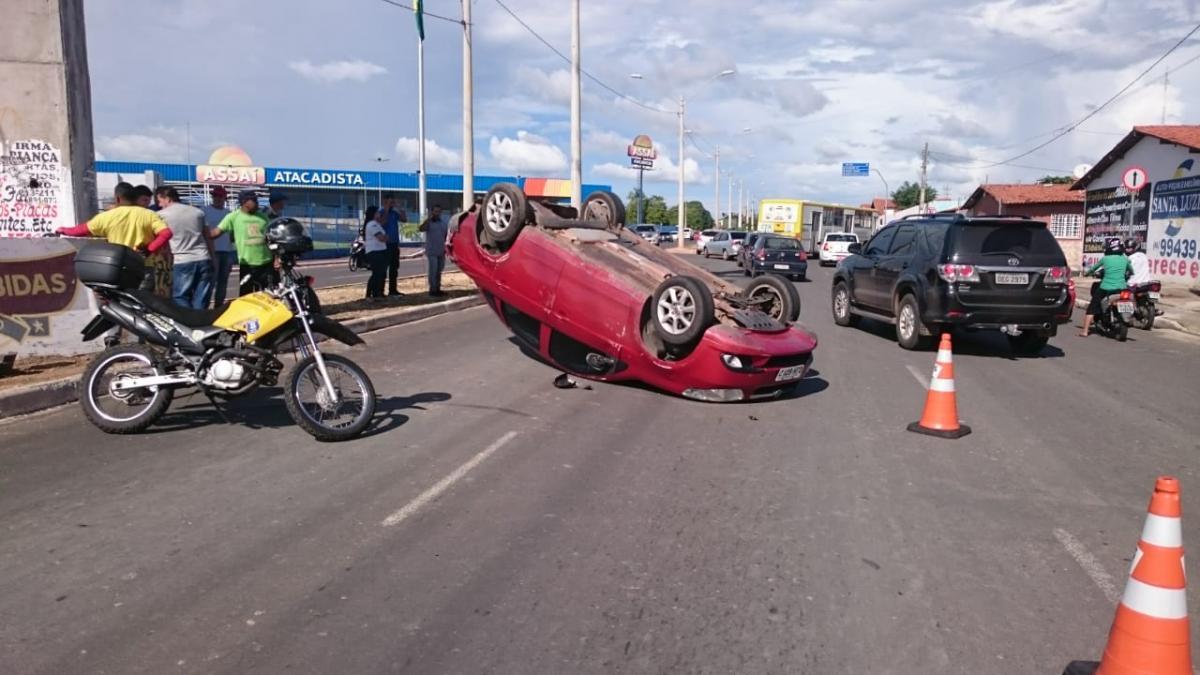 Carro capota em Avenida do Dirceu depois de colidir com caminhão