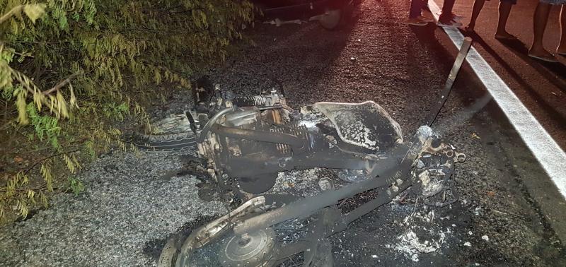 Veículo pega fogo após colisão e uma pessoa morre na BR-316
