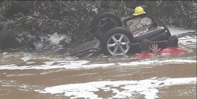 Carro é arrastado, cai em rio e dois morrem afogados no Piauí