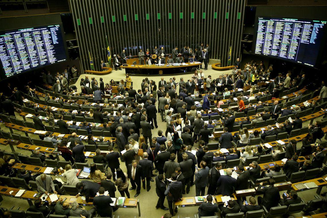 Câmara conclui votação de projeto sobre partidos políticos