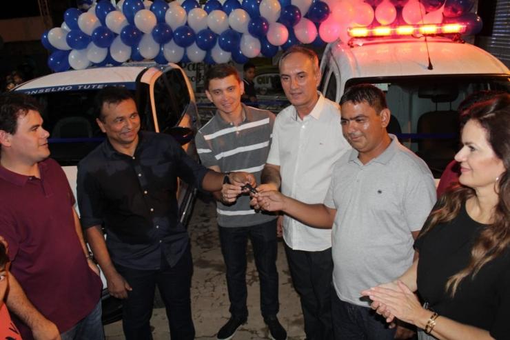 Prefeitura de Sigefredo Pacheco entrega de ambulância e carro para o Conselho Tutelar