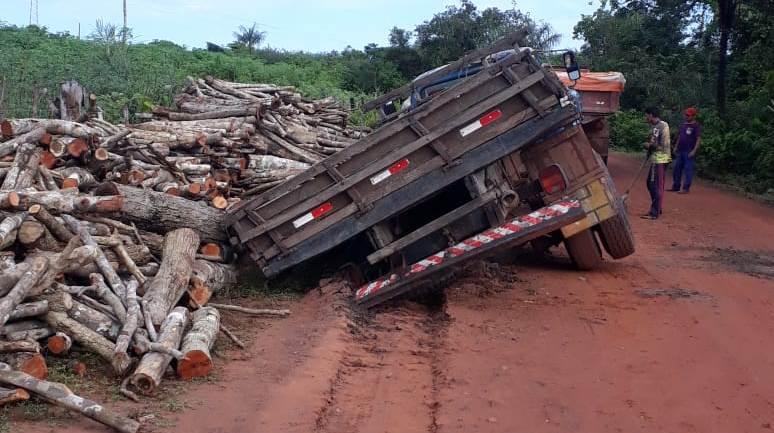 Caminhão carregado de madeira afunda na lama e quase mata trabalhadores no Piauí