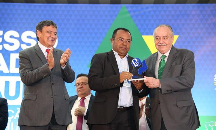 Prefeito Veríssimo, de Santa Rosa do Piauí, recebe Prêmio Prefeito Empreendedor