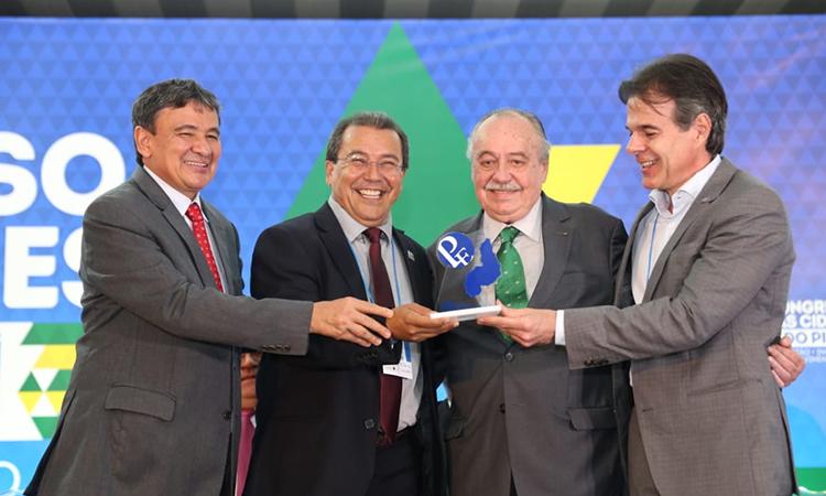 Jonas Moura, prefeito de Água Branca, recebe Prêmio Prefeito Empreendedor
