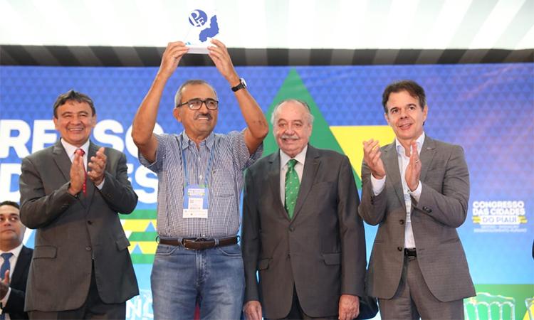 Prefeito João Batista, do município de Antônio Almeida, recebe Prêmio Prefeito Empreendedor