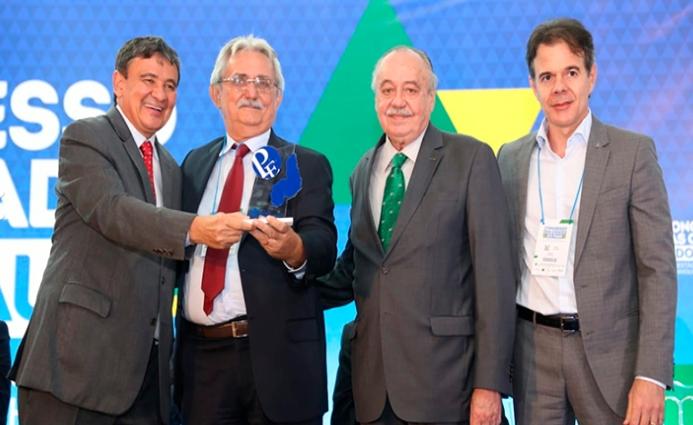 Prefeito de Barras, Carlos Monte recebe Prêmio Prefeito Empreendedor