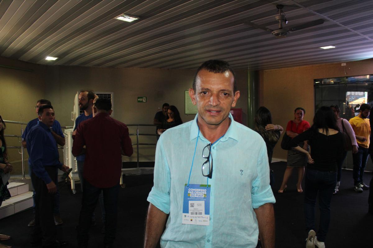Prefeito Antônio Carlos, de Morro Cabeça do Tempo, participa de abertura do Congresso das Cidades