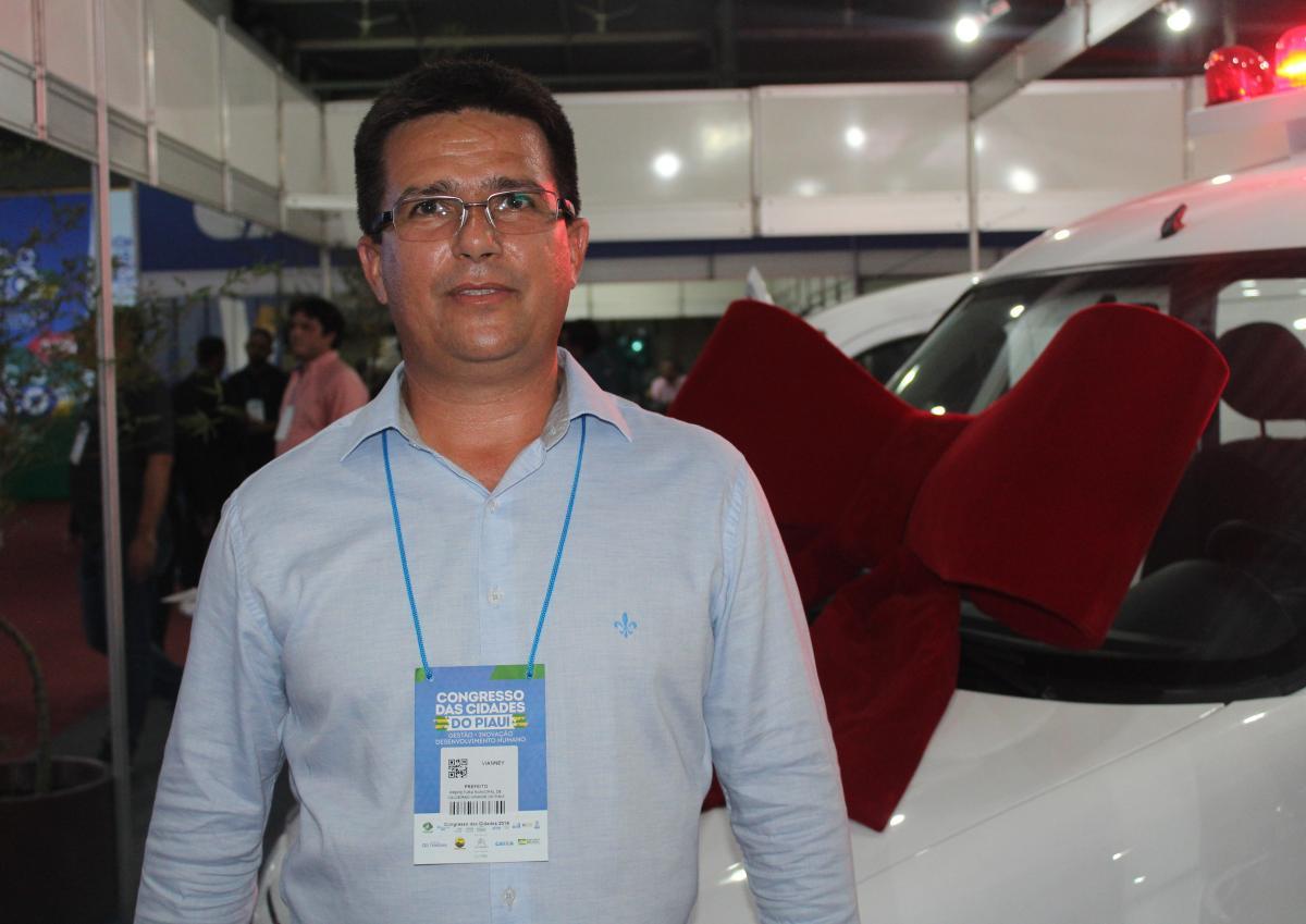 Prefeito Vianney, de Caldeirão Grande do Piauí, é premiado com ambulância no Congresso das Cidades