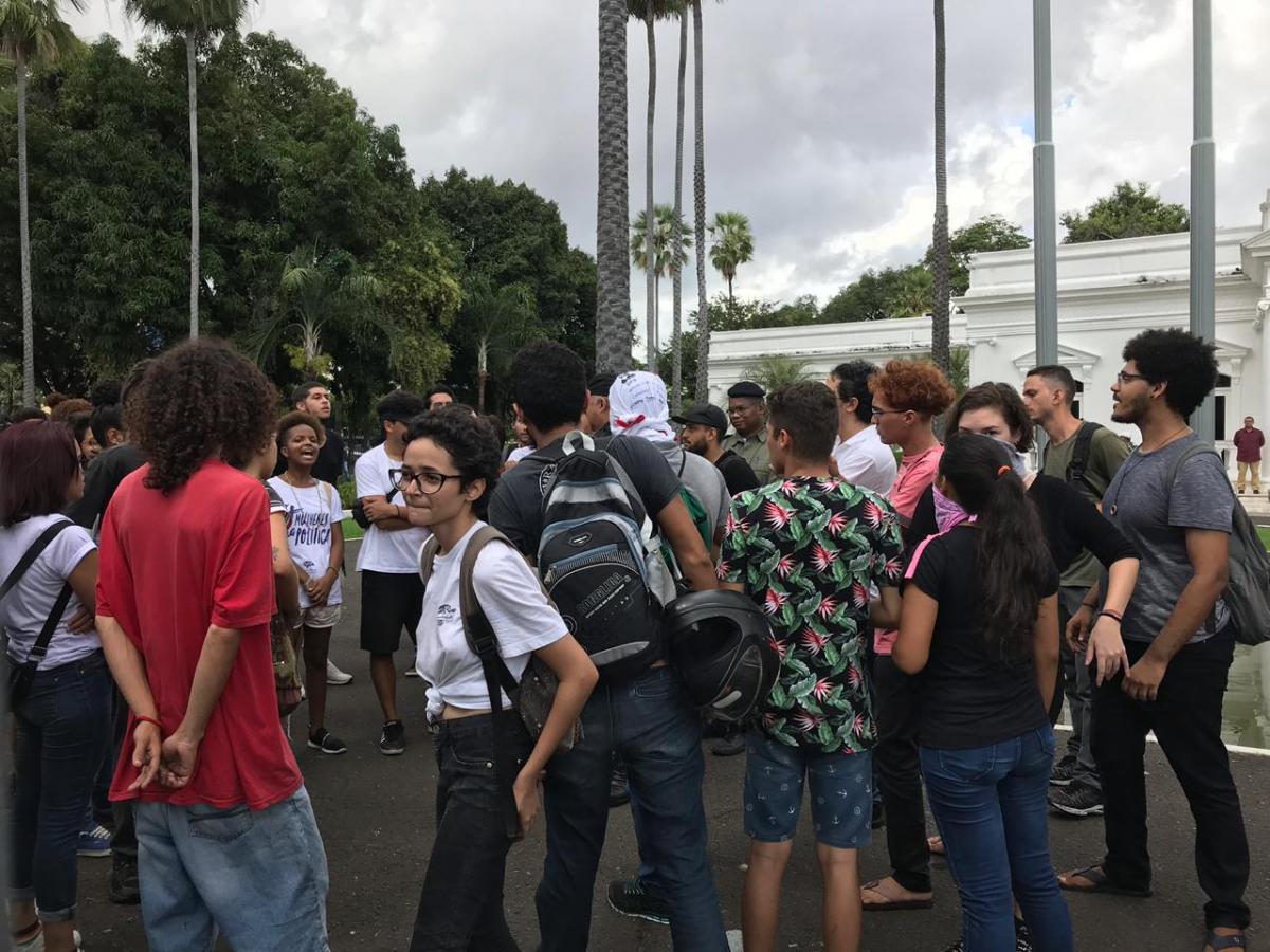 Alunos e professores protestam no Centro de Teresina contra cortes nas verbas da educação