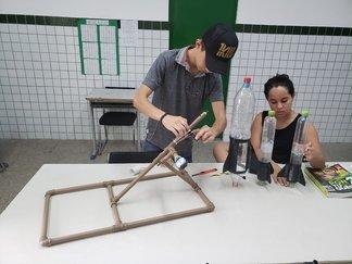 Com aulas dinâmicas, professor de matemática desperta alunos para confecção de foguetes