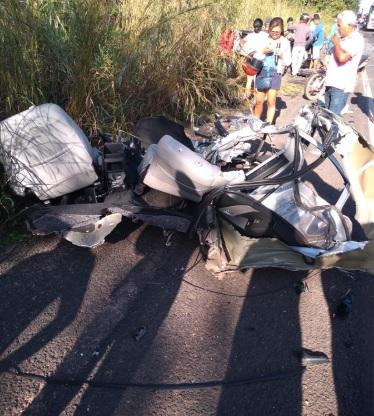 Jovem morre após colisão com bitrem e carro fica dividido em 15 partes