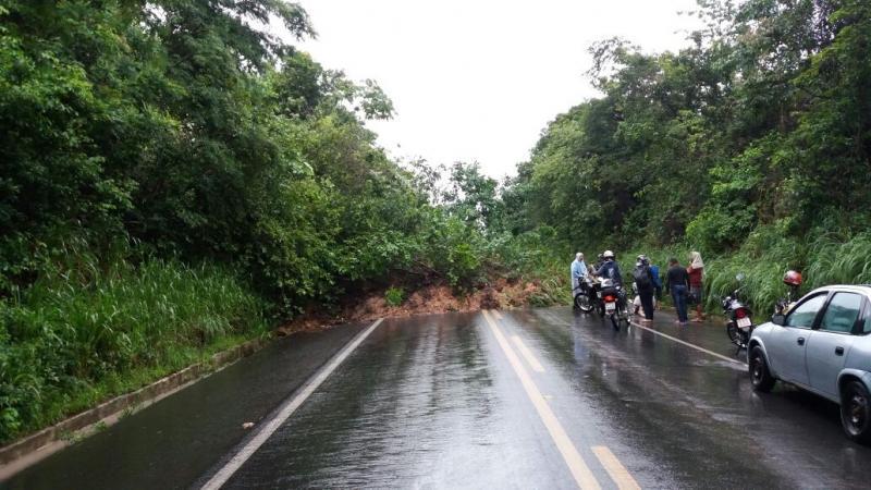 Interdição: Chuva provoca deslizamento de terra e alagamento da BR-343 em Teresina