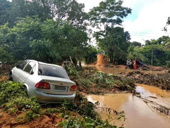 Enxurrada rompe rodovia, arrasta carreta e deixa famílias desabrigadas em Teresina