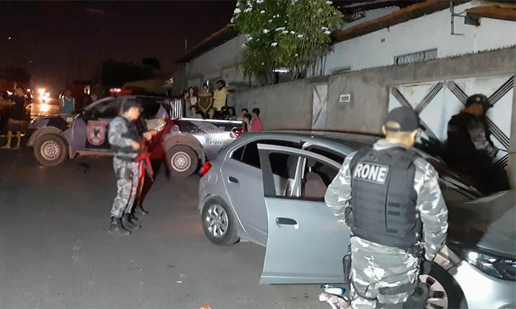 Dupla é morta dentro de carro roubado após realizarem vários assaltos em Teresina