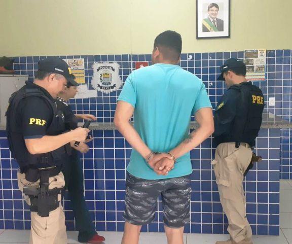 PRF prende homem por porte ilegal de arma na BR-343