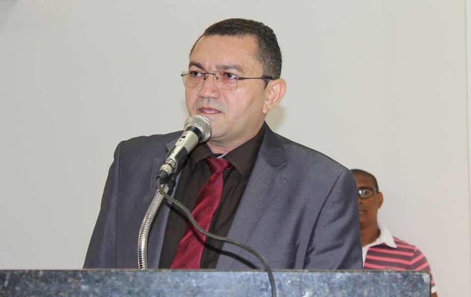 Vereador crítica Padre Walmir por reformar praça Josino Ferreira