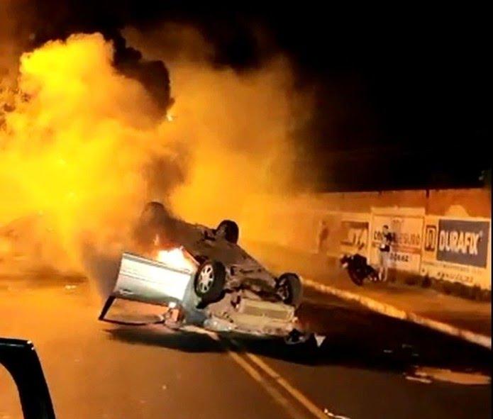 Carro capota e pega fogo após colisão em avenida da Zona Leste de Teresina