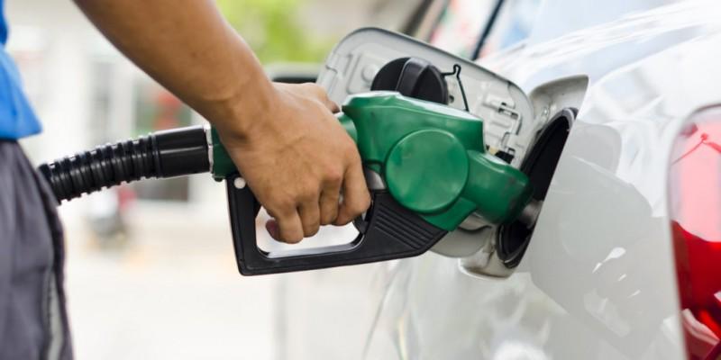 Jair Bolsonaro anuncia queda no preço da gasolina nas refinarias