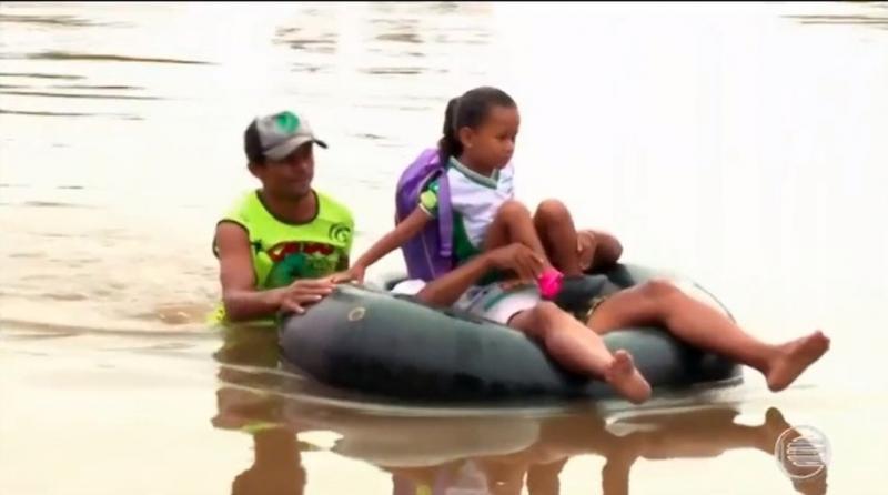 Estudantes de Campo Maior voltam a usar boias para ir à escola
