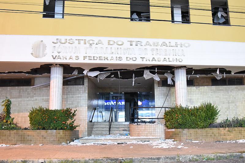 Abandonado, antigo prédio do TRT é depredado por vândalos