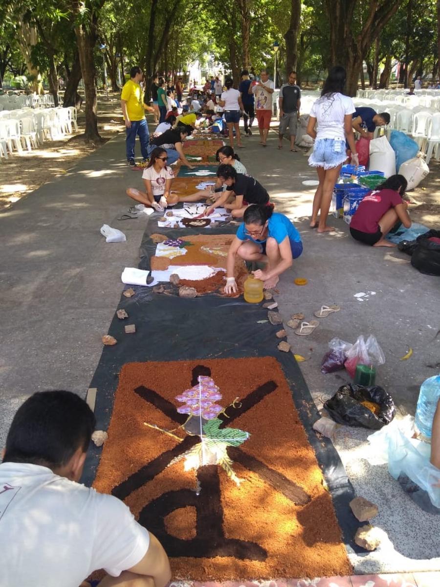 Fiéis preparam tradicionais tapetes para procissão de Corpus Christi em Teresina