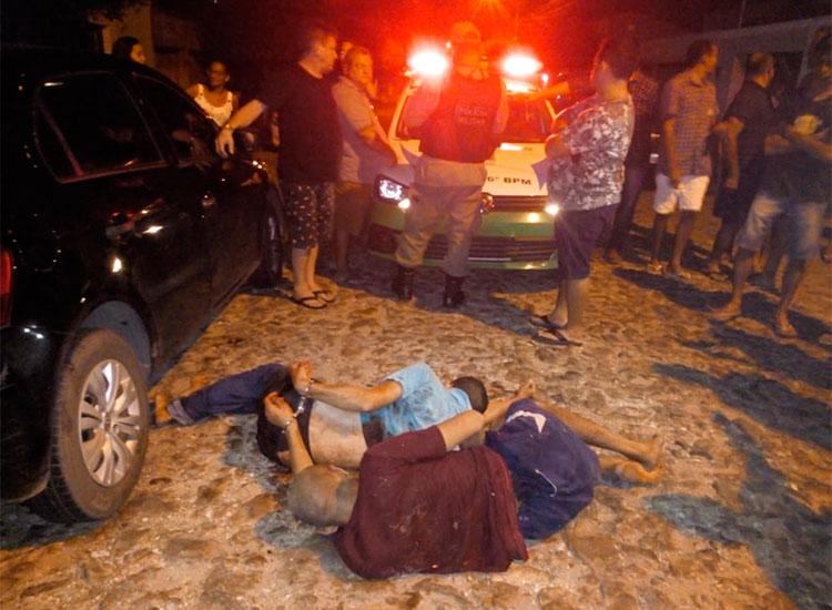 Policial sofre tentativa de assalto e reage atirando nos bandidos