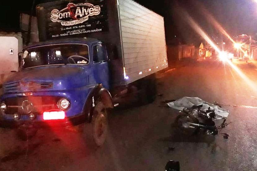 Dois homens morrem após baterem moto em traseira de caminhão