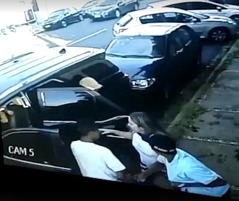 Homens rendem mulher e filha e roubam carro