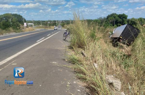Caminhão perde o controle e sai da estrada na BR-343