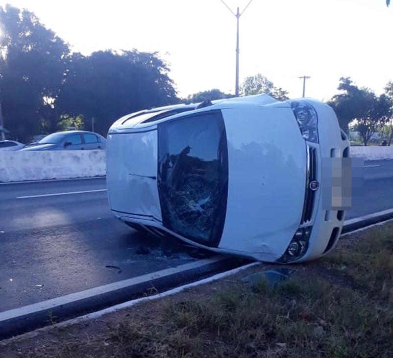 Carro capota e deixa três feridos na BR 316 no bairro Parque Piauí