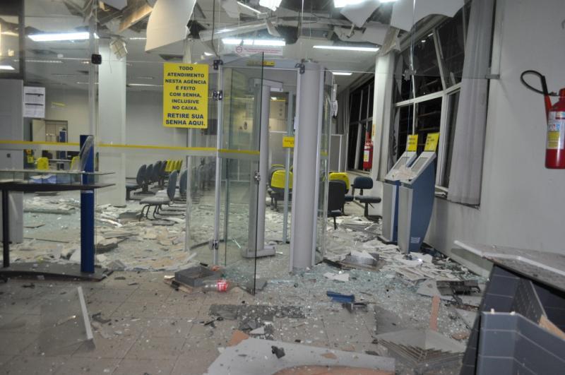 Bandidos explodem agência do Banco do Brasil e Correios em Simplício Mendes
