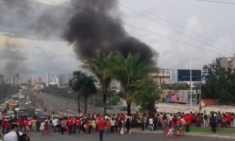 Manifestantes interditam a avenida Frei Serafim e a Ponte JK contra a prisão de Lula