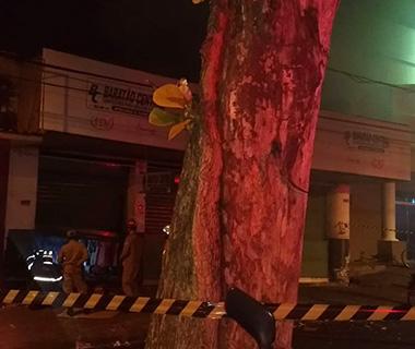 Teto desaba e mercadorias são destruídas durante incêndio em loja no Centro de Teresina